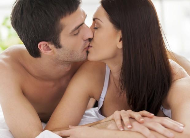 casal; relacionamento; cama; sexo; beijo (Foto: Thinkstock)