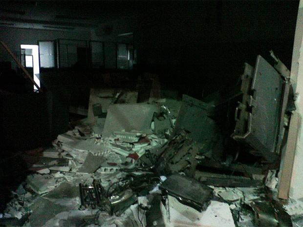 Grupo fura pneus de viaturas e destrói agência bancária na Bahia (Foto: Divulgação/ PM)