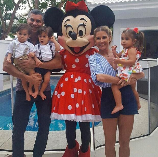 Deborah Secco em família: fim das férias (Foto: Reprodução Instagram)
