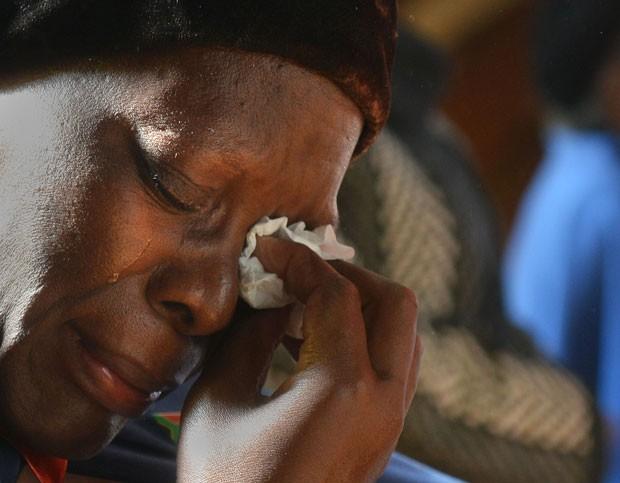 volta do ex-presidente Nelson Mandela ao hospital está causando grande comoção na África do Sul (Foto: Antione de Ras/AP)