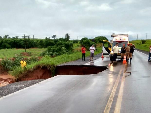 Parte da pista cedeu no trecho da PR-323, entre Tapejara e Cruzeiro do Oeste (Foto: Adilson Milani/Arquivo Pessoal)