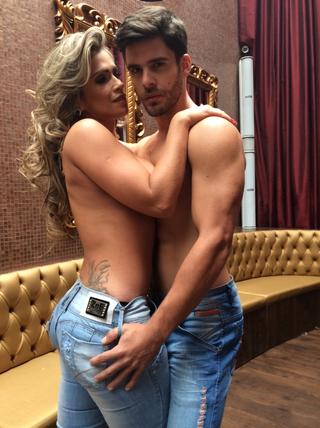 Sem blusa, Fani Pacheco abraça modelo para campanha de Jeans (Foto: Divulgação)