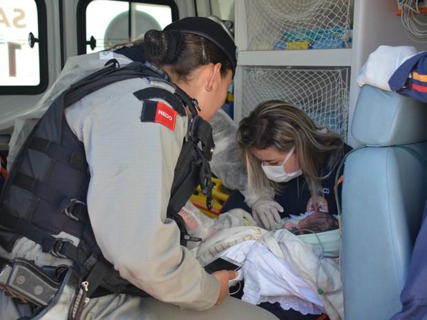 Bebê recebeu os primeiros atendimentos pelo Samu e foi encaminhado para hospital da PM (Foto: Walter Paparazzo/G1)