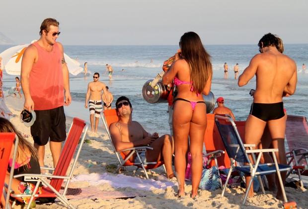 Nicole Bahls na praia com Diego Alemão e Diogo Pombo (Foto: Gabriel Rangel / Agnews)