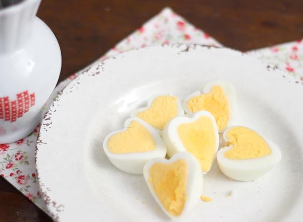 Aprenda a fazer ovos em formato de coração (Foto: Cristiane Senna/Editora Globo)