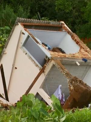 Duas casas foram completamente destruídas após deslizamento em São Tiago (Foto: Reprodução EPTV)