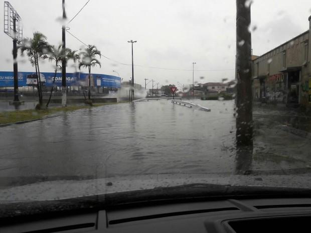 Chuva alagou trecho em Praia Grande (Foto: Edson Marcos de Campos/Arquivo Pessoal)