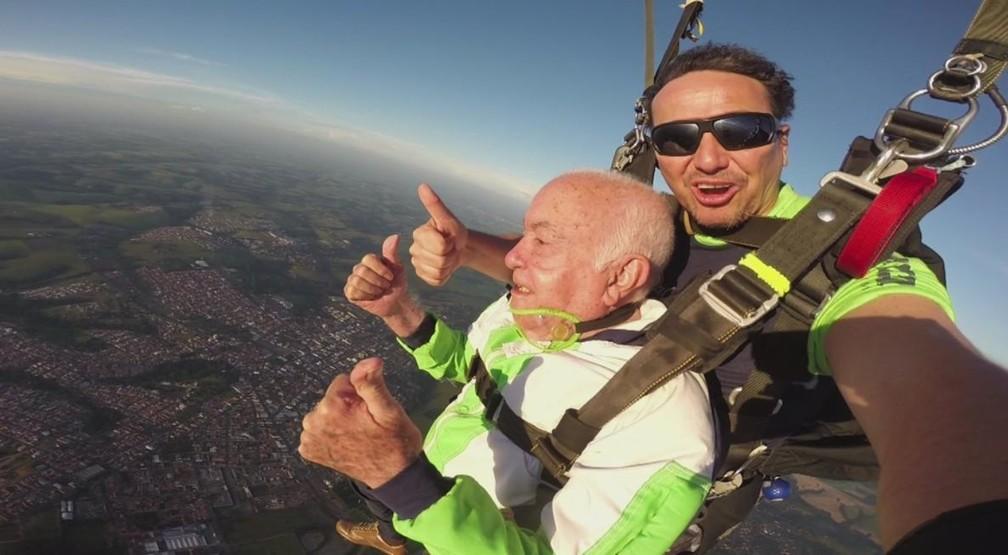 Sebastião saltou em Boituva acompanhado do recordista mundial da modalidade Paulo Assis  (Foto: Reprodução/TV TEM)