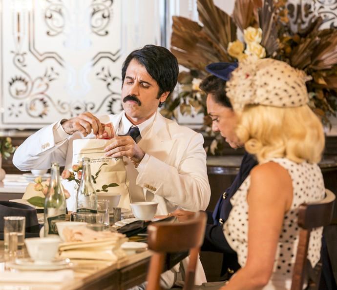 Anastácia dá dinheiro a Ernesto (Foto: Ellen Soaes/Gshow)