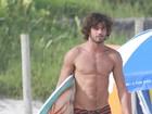 Marlon Teixeira surfa no Rio e exibe barriga sarada