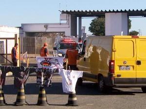 Agentes e sindicalistas impedem saída de viatura do complexo penitenciário em Hortolândia (Foto: Edvaldo de Souza / EPTV)