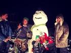 Justin Bieber festeja o Natal posando com boneco de neve