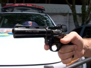 Arma de brinquedo pode ser confundida com uma verdadeira (Foto: Reprodução/ TV Gazeta)