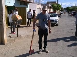 Um machado e uma faca foram encontrados no local do crime (Foto: Valdivan Veloso/G1)