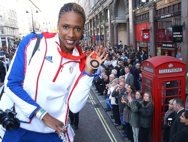 Tasha Danvers com a medalha das olimpíadas de 2008 (Foto: Getty Images)