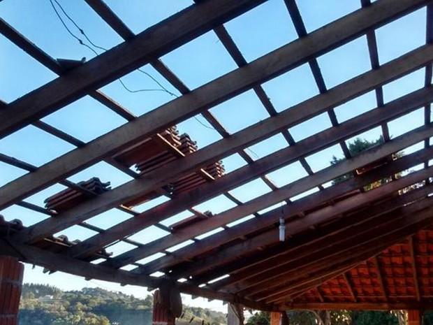 Casa de Sônia Gomes foi destelhada por ventos (Foto: Arquivo Pessoal/ Jonatan Gomes)