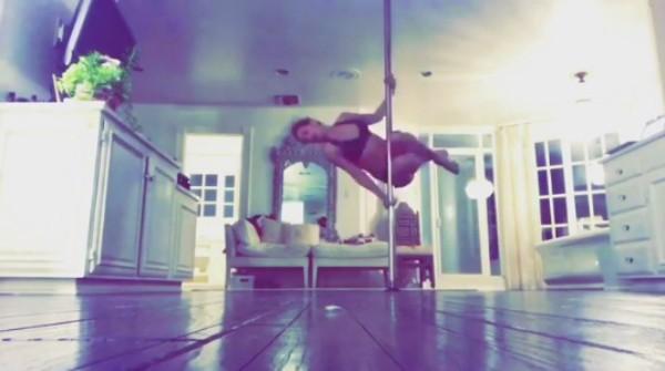 Kate Hudson fazendo suas acrobacias (Foto: Reprodução Instagram)