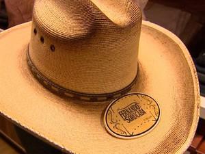 Chapeu idêntico a de dupla sertaneja é aposta de venda em lojas de  souvenirs de Barretos c828b9f8fbf
