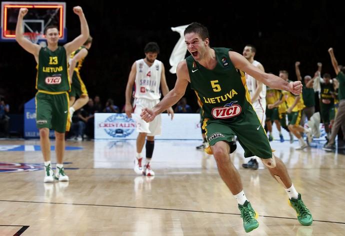 Lituânia x Sérvia semifinal Europeu de basquete (Foto: Reuters)