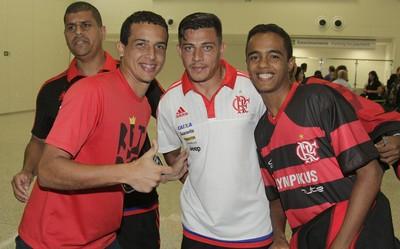 Ayrton é recebido com carinho no Aeroporto Internacional Aluízio Alves (Foto: Gilvan de Souza/ Fla Imagem)