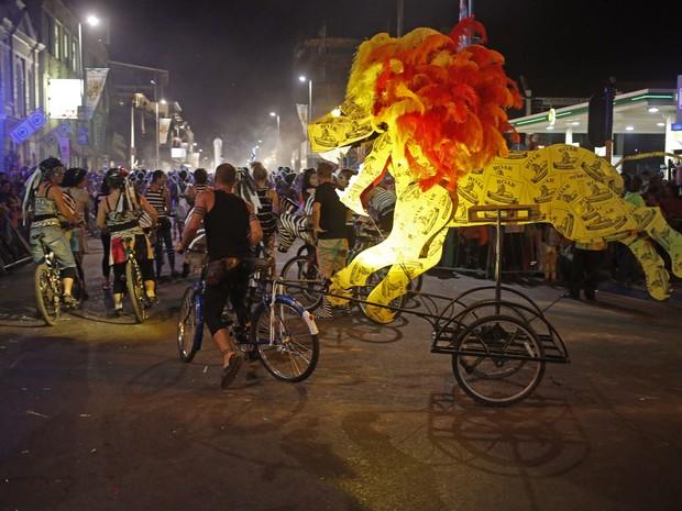 Muito colorido marca o carnaval made in África do Sul (Foto: Schalk van Zuydam/AP)