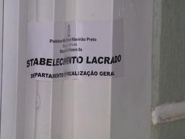 Bar é lacrado durante fiscalização em Ribeirão Preto, SP (Foto: Reprodução/EPTV)