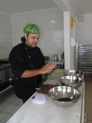 chef Leandro prepara brigadeiro (Foto: Aline Lamas/G1)