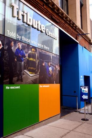 Fachada do Tribute Center, em Nova York, anunciando tours com pessoas ligadas ao 11 de Setembro (Foto: 9/11 Tribute Center/AP)