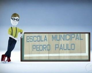 Paulinho da Escola confere reclamação de pais sobre Escola de Valença (Foto: Reprodução RJTV 1ª Edição)