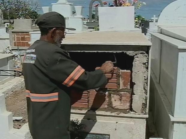 Peritos do IML e policiais civis acompanharam trabalho de coveiros, que lacraram os túmulos (Foto: Reprodução / TV Globo)
