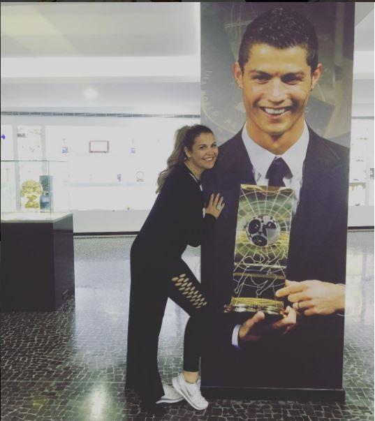 Kátia Aveiro com um poster do irmão Cristiano Ronaldo (Foto: Reprodução/Instagram)