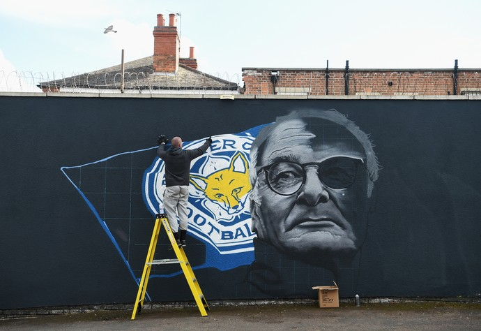 Muro pinta Claudio Ranieri, em campanha que deixa Leicester toda de azul (Foto: Getty Images)