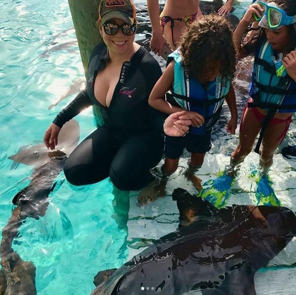 Mariah Carey e filhos nadam com tubarões  (Foto: Reprodução / Instagram)