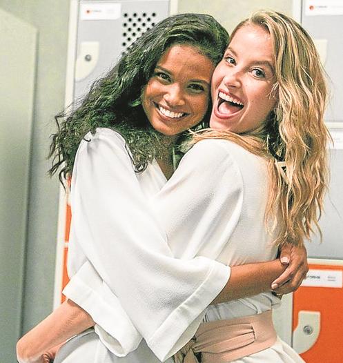 Aline Dias e Barbara França nos bastidores de 'Malhação' (Foto: Globo / Raquel Cunha)