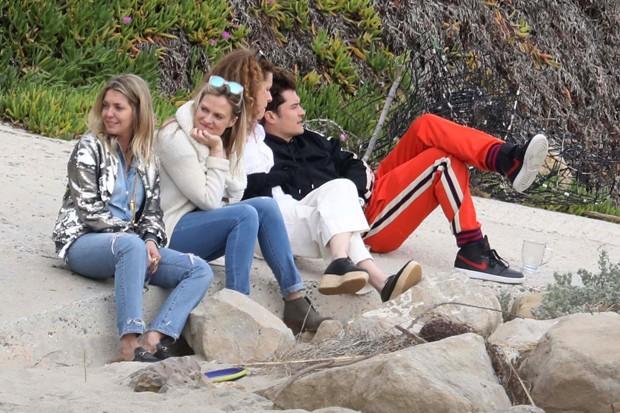 Orlando Bloom com amigas (Foto: AKM-GSI)