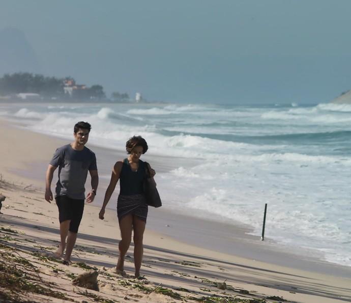 Tito e Ana curtem um dia na praia juntinhos (Foto: TV Globo)