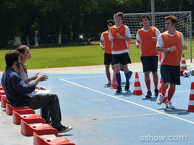 Meninos ficam de olho em Bárbara enquanto treinam (Foto: Malhação / TV Globo)