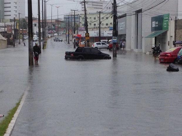 Alagamento no bancários durante as chuvas desta quinta-feira (25) (Foto: Walter Paparazzo/G1)