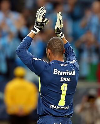 Dida agradece carinho da torcida após defender três cobranças de pênaltis (Foto: Jefferson Bernardes/Grêmio FBPA)