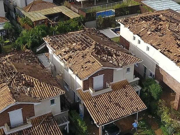 Casas tiveram telhados arrancados pela força do vento (Foto: Reprodução/EPTV)