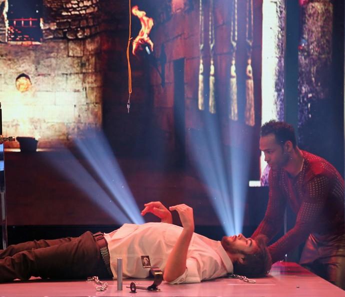 O ator ficou completamente preso na cama (Foto: Carol Caminha / Gshow)