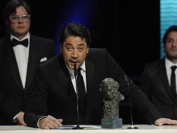 Produtor do documentário 'Hijos de las Nubes', ator Javier Bardem fala no palco do Goya após receber estatueta na premiação (Foto: Eduardo Dieguez/AFP)