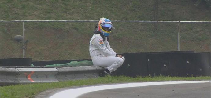 Imagem de Fernando Alonso sentado no guard rail de Interlagos, à espera de resgate, fez sucesso na web (Foto: Divulgação)