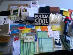 Materias apreendidos com Alexsandro (Foto: Divulgação / Polícia Civil)