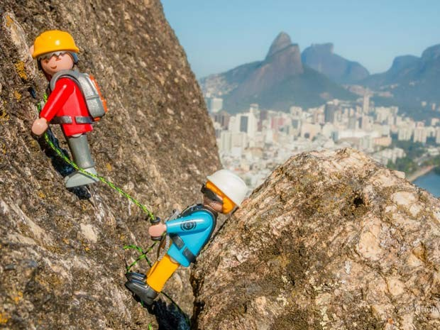 Excursionistas Playmobil escalam o Morro do Cantagalo no Rio (Foto: Claudney Neves/ Divulgação)