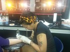 Ex-paquita Ana Paula Almeida faz tatuagem para o filho e a mãe