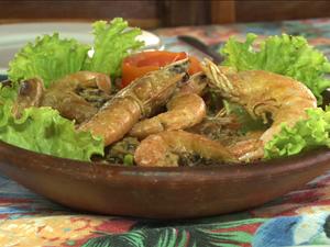 Camarão ao alho e óleo flambado no conhaque (Foto: Reprodução/TV Grande Rio)