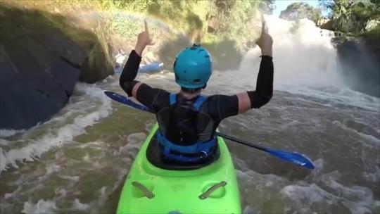 """Pepê pega """"tubo"""" em cachoeira de Minas Gerais e manda recado para Medina"""