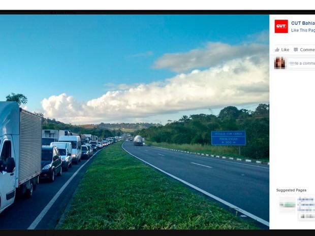Protesto provoca longo engarrafamento na BR-324 nesta terça-feira (Foto: Reprodução/ Facebook)