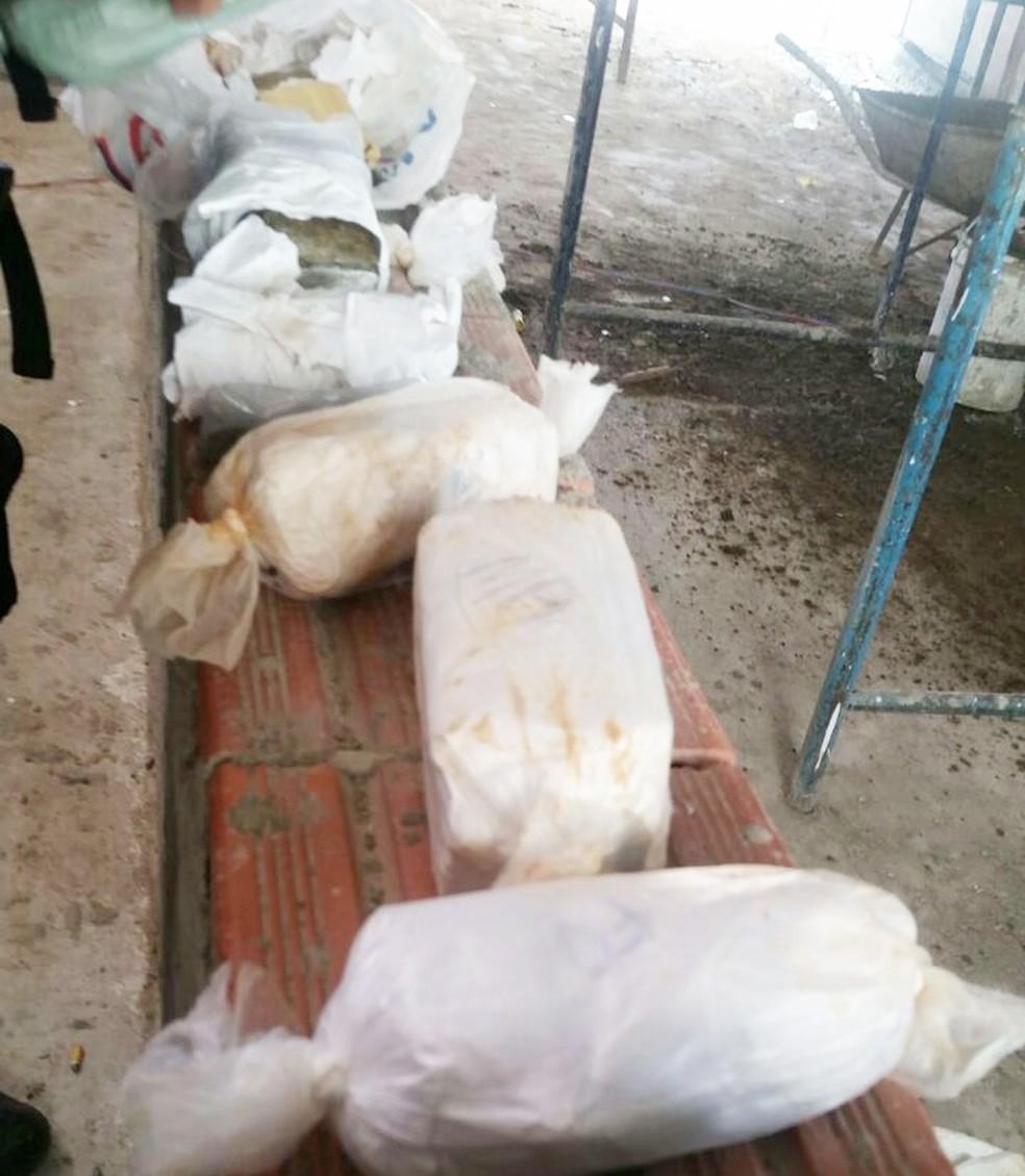 Empacotados, drogas e aparelhos celulares foram encontrados enterrados sob o piso do pavilhão 1. Descoberta aconteceu durante as obras de recuperação da unidade (Foto: Sejuc)